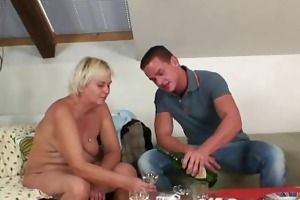he is finds his gfs mother naked and copulates her