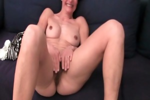 older mom gives her hirsute pussy a treat
