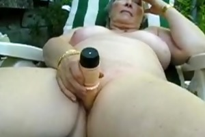 mature playing outside with toy and cums